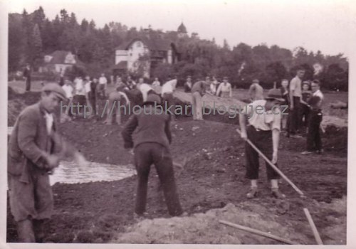 Zasypávání kráterů v Dobřichovicích