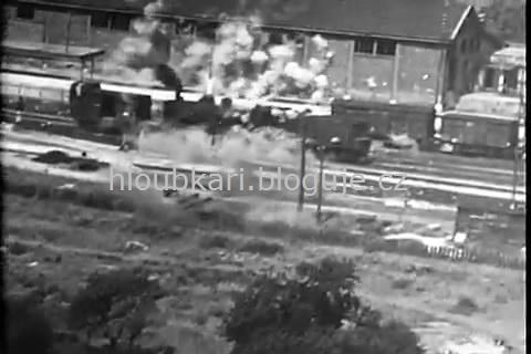 Útok na vlak nízko nad zemí